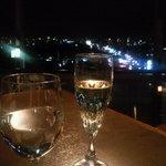 9635381 - 店内様子と乾杯のシャンパン