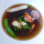 96352000 - カナダ産オマール海老のコンソメ、オマール衣海老のポッシェと旬の野菜と共に