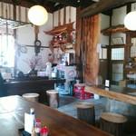 そば処 ふじ田 - 左側は座敷です。こちらはテーブル席の右端の席から、神棚に向けてパシャリ