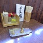 長田うどん - テーブル上の調味料