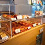96372049 - 自家製パンが並ぶ