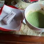 96372357 - 抹茶と和菓子