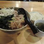 黒てつ家 - ランチの黒豚カレーうどんとライス、スープ