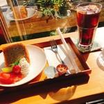 cafe ゆるり - ケーキセット、バナナのシフォンケーキ&アイスコーヒー