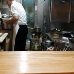 中華料理タカノ - オジサンの左手の小鍋でカレーを作る
