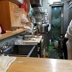 中華料理タカノ - 厨房を右に左に奥に手前に動く