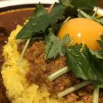 ウミネコカレー - キーマと卵黄、三つ葉