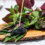 Grand rocher - 長崎黒鮑フリット ケッパーのソース、愛媛県赤雲丹、 パリっと仕上げたあおさ海苔で挟んで、イタリアンパセリとパルミジャーノの、サブレ フロマージュブラン、 パルミジャーノを削って