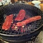 炭火焼肉 えん - おすすめカルビ。とてもやわらかくて子供も喜んで食べてた。