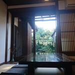 たくみや - 座敷1番奥の席と中庭(足立美術館の様に綺麗に撮れず)