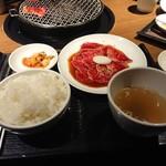 焼肉トラジ - 黒毛和牛切り落とし御膳(1,080円)。ご飯は大盛り無料、スープ、キムチつき。