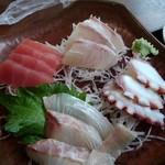 浦島太郎 - 料理写真:刺身定食[赤身]。滅茶新鮮なのに、これで800円(税込)とか安すぎ。:+((*´艸`))+:。