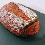 MORETHAN BAKERY - ルバーブのライ麦パン 色に一目惚れ。