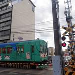 96424445 - おまけ 上野市駅そばを走る伊賀鉄道。くのいちとニャンコが描かれてたミャ