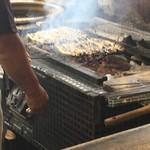 うな吉 - 鰻は備長炭で高温にて焼かれます。