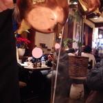 珈琲美学 アベ - ホットカフェオレをいれてくれてます。