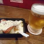 平塚バル SOLE - ベーコンポテトのチーズがけ&生ビール
