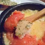 平塚バル SOLE - 味変トマトチーズにパンをつけます