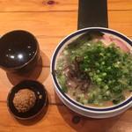 96455321 - ねぎチャーシュー麺+赤オニ