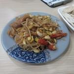 易記牛肉麵 - 料理写真:先ず小采を2つテーブルに持って来ました。  一皿目はもやしの湯葉揚げの小鉢25台湾ドル。