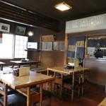 あたご食堂 - 小上がりとテーブル席からなる店内