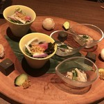 96464760 - 八寸】秋の前菜盛り合わせ:菊菜と木の子のお浸し、鯛の手まり寿司、三色の大根とかりかりじゃこのサラダ、自家製黒ごまとうふ(メニューとは異なりますが良い品でした)