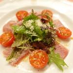 ピッツェリア・サバティーニ - マグロの炙り焼き赤玉ねぎとプチトマトのサラダ仕立て
