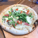 FARMER'S KITCHEN - イタリア産サラミと様々な茸・菊菜のピザ