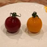 96472471 - トマトを形どった丸いアミューズ