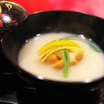 にくの匠 三芳 - 白味噌仕立てのお椀は軽く仕上げて。うに。そしてえびいもをコクを出すテクニックとして肉の脂で揚げて。