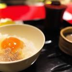にくの匠 三芳 - トリュフで香りつけされた濃厚な卵を使った玉子かけご飯。