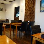 タカサキハンバーグ - テーブル席と、子供連れファミリーに最適な小上がりもあります。