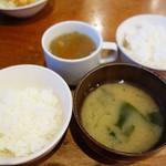 タカサキハンバーグ - ご飯は小・中・大から選べます。おかわりは1回までサービス。汁物はお味噌汁かコンソメスープを選べます。