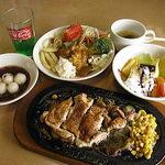 ステーキワン 岐阜多治見店 - 照り焼きチキン(切って食べちゃってます)とサラダバーとドリンクバー(バイキング)2008年11月写真