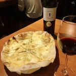 ワイン酒場 ウラッチェ! - 《ガーリックピザと赤ワイン》