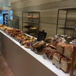 テッティー ベーカリーアンドカフェ - お洒落なパン屋(奥には焼き場がガラス張りで丸見え♪)