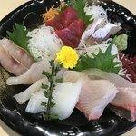 しらすと伊勢海老の 忠兵衛 - 刺身盛り合わせ1500円。白身のお魚中心に、7種の盛り合わせです。コスパがとても高いと感じました(╹◡╹)