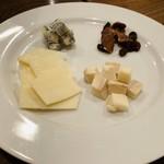 96508164 - チーズ盛り合わせ。