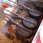 よっちゃんのせんべい屋 - 内観写真:おせんべいを焼く道具です。