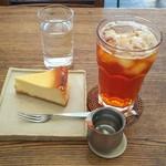 トミヤマ - ベイクドチーズケーキとアイスティー