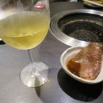 96518980 - ワールド セパージュ シャルドネ/大判 黒毛和牛 ユッケ風卵黄ソース リブロース