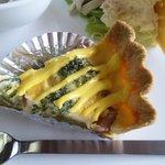 mum's cafe - キッシュプレート。ブロッコリーとソーセージのキッシュ。
