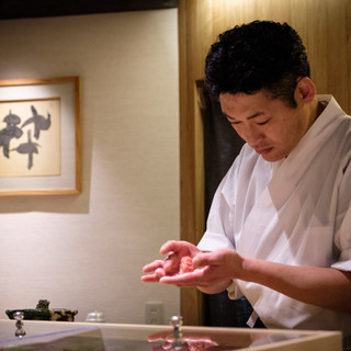 西牧料理長が握るできたてのお鮨を愉しむ。それはまさに極上の味