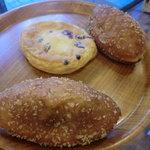 パン工房シュシュ - 購入品、カレーパン、ベリーのクリームチーズ