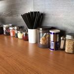 麺屋 岡一 - キレイなテーブルに整然と並んだポッド類