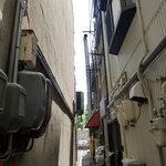 華光軒 - こんな細い路地の奥にあります