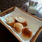 ホテルオークラ レストラン ニホンバシ - 多めのパン