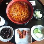 喜六そば - 温かい喜六そば900円、本来は黒豆の代わりにあずきもちですが品切れの為黒豆です