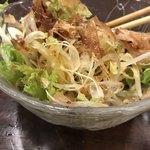 男爵亭 - ねぎたまサラダ650円。ドレッシングというよりは、麺つゆに近いさっぱりしたタレが、鰹節、卵黄のコクとともに、長ネギ、玉ねぎを立派な料理に仕上げています。とても美味しくいただきました(╹◡╹)