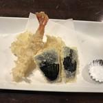 男爵亭 - 追加天ぷら単品。エビ300円、イカ、なす、各150円。天つゆは新しいものと交換していただきました。若い店員さんの接客は、良かったです(^。^)